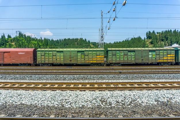 Transporte ferroviário aço país enferrujado quente
