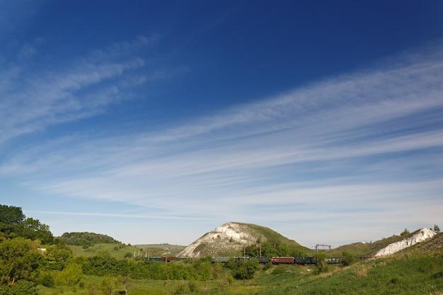 Transporte ferroviário na parte central da rússia, ao longo do vale com colinas calcárias