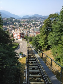 Transporte funicular de paradiso para o topo do monte san salvatore, lugano, suíça