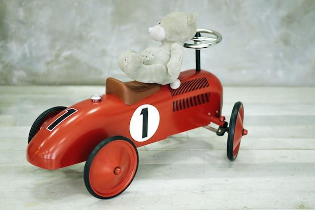Transporte infantil. carro de metal elegante vermelho para crianças.
