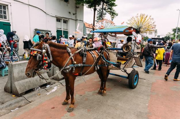 Transporte puxado por cavalos para o curso de turista em torno da cidade em jakarta, indonésia.