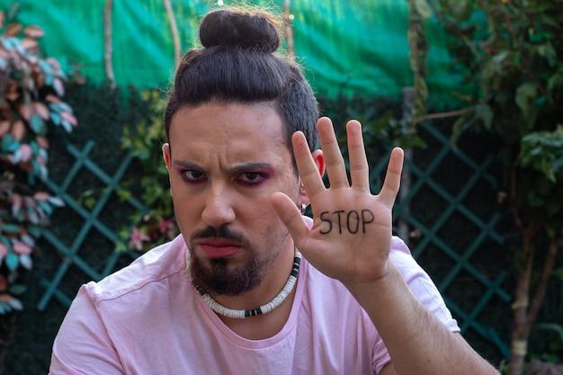 Transsexual gay reivindicando o fim da homofobia