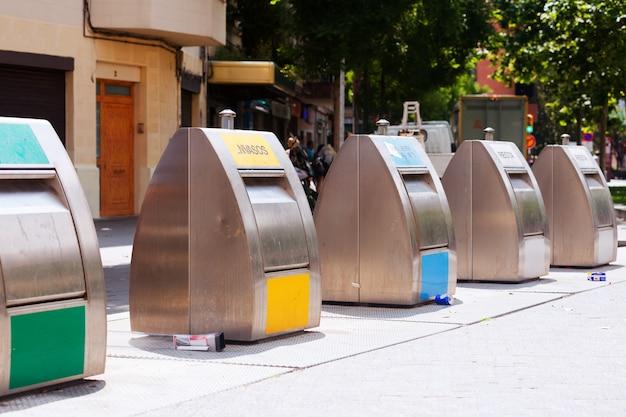 Trashcans na rua da cidade