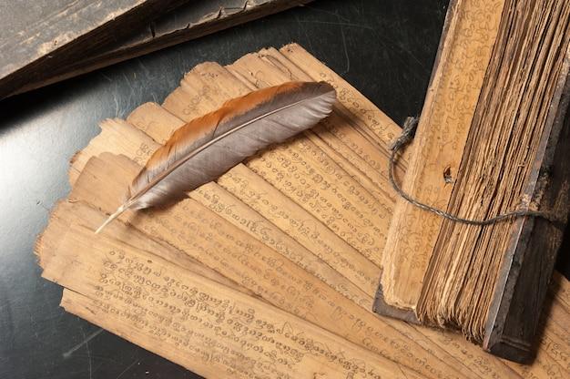 Tratado antigo com pena de pássaro