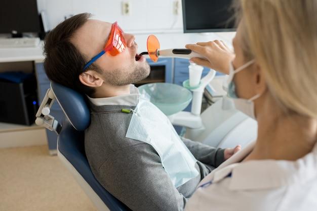 Tratamento a laser em clínica dentária