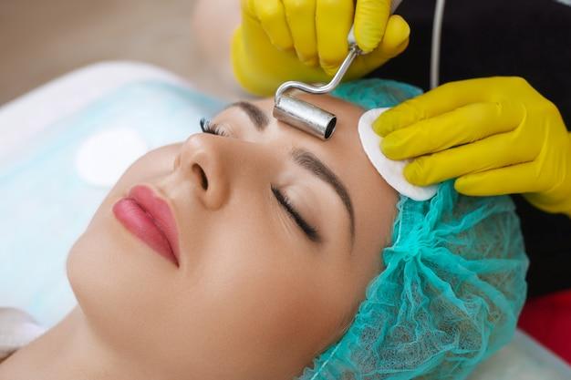 Tratamento com dispositivo de cosmetologia facial.