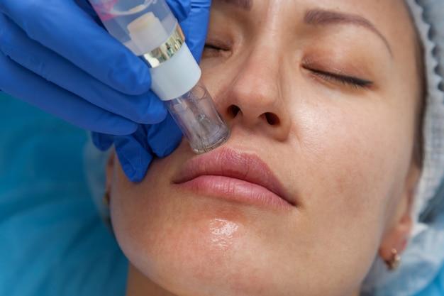 Tratamento cosmético por injeção na clínica uso de um injetor dérmico