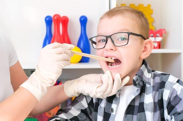 Tratamento da dislexia. massagem fonoaudiológica da língua. produção de som. desenvolvendo atividades com um menino