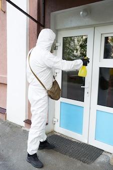 Tratamento das instalações do coronovírus durante a epidemia