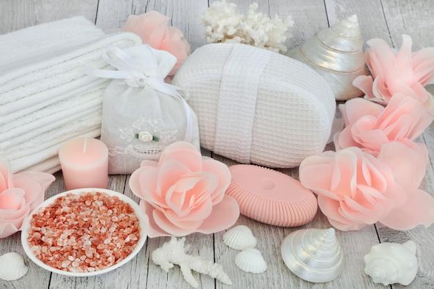 Tratamento de beleza esfoliante e desintoxicante para a pele com sal marinho do himalaia