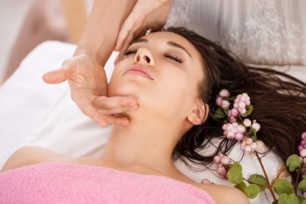 Tratamento de beleza facial no salão spa. cuidados com o corpo e com a pele