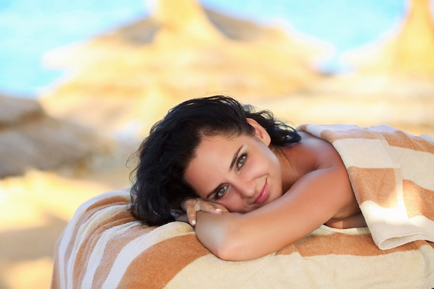 Tratamento de beleza. menina caucasiano saudável bonita que relaxa na tabela da massagem.