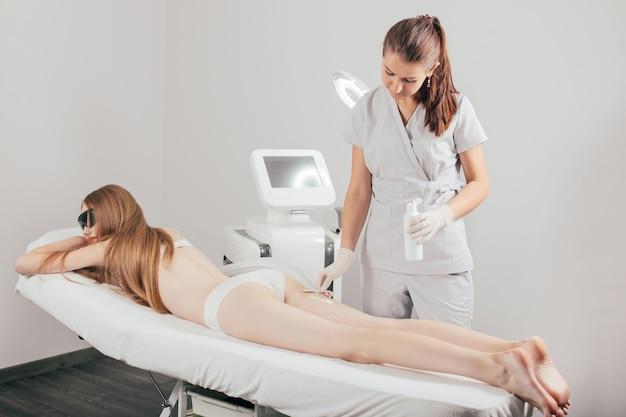 Tratamento de depilação a laser em clínica de beleza cosmética