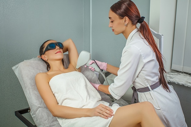 Tratamento de depilação de beleza em clínica de beleza cosmética