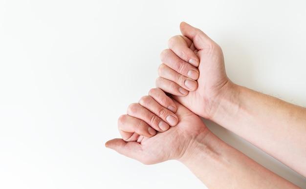Tratamento de doenças de pele. psoríase, eczema, dermatite, diátese em mãos humanas. lugar para inscrição.