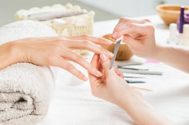 Tratamento de manicure no salão de beleza