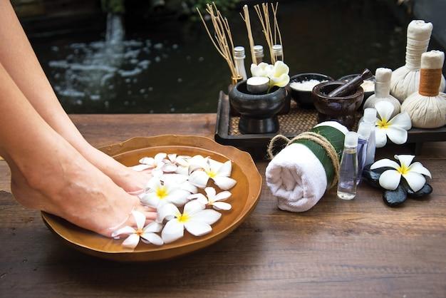 Tratamento de massagem tailandesa spa e produto para pés de mulheres saudáveis e unhas de mão, tailândia