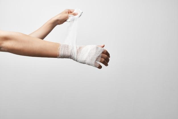 Tratamento de problemas de saúde de ferimentos com bandagem de mão. foto de alta qualidade
