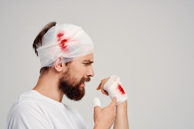Tratamento de problemas de saúde de ferimentos no braço e na cabeça do homem