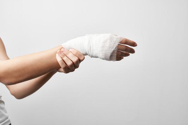 Tratamento de problemas de saúde de fratura de ferimento de braço enfaixado