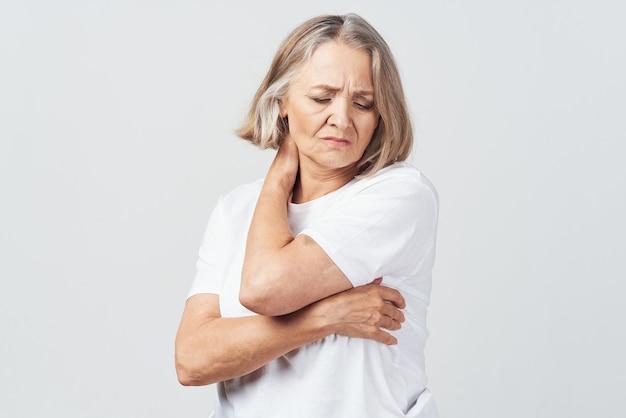 Tratamento de problemas de saúde para dores nas articulações de mulheres idosas