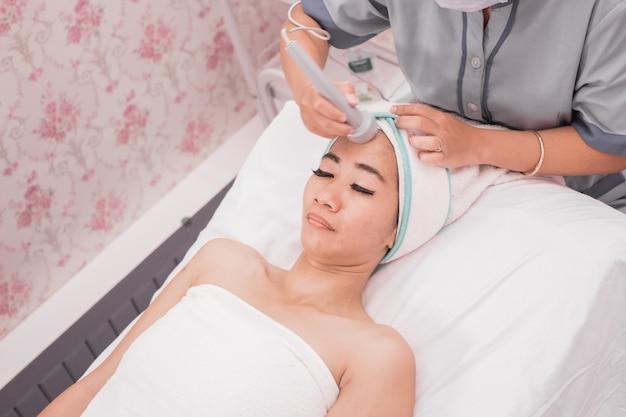 Tratamento de rosto com máquina de aperto de pele rf