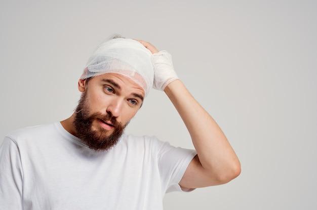 Tratamento de sangue para homem com enfaixamento na cabeça e nas mãos