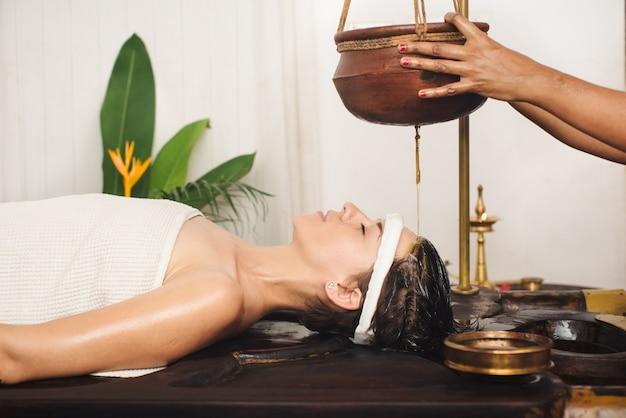 Tratamento de shirodhara ayurvédico na índia