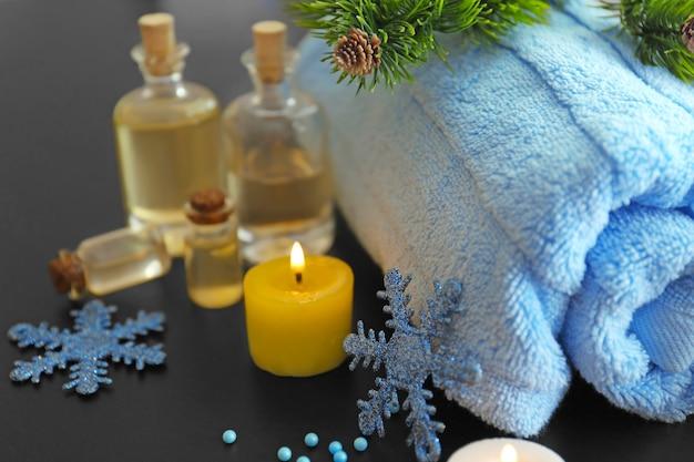 Tratamento de spa com enfeites de natal em superfície de madeira