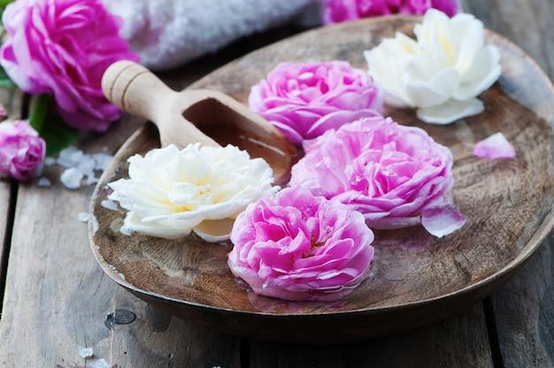 Tratamento de spa com rosas e sal
