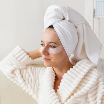 Tratamento de spa em casa para conceito de olheiras