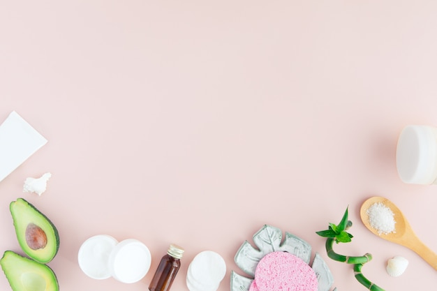 Tratamento de spa em rosa com caule de bambu e folhas verdes, configuração plana, copyspace