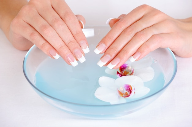 Tratamento de spa para mãos femininas com dedo francês de beleza