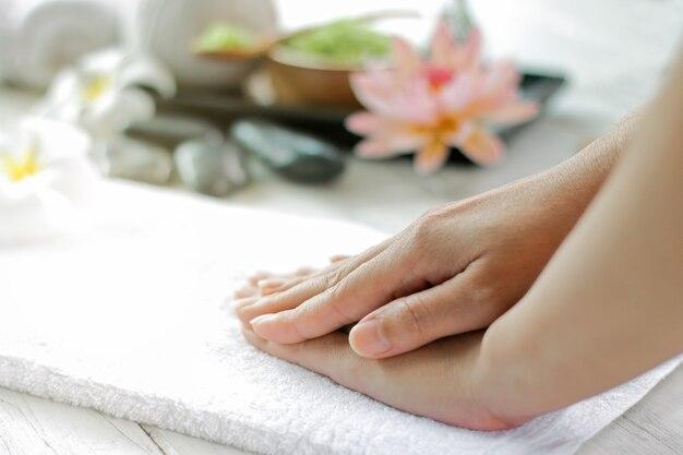 Tratamento de spa para spa de mãos femininas