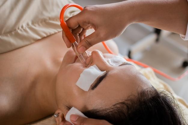 Tratamento de sucção de cravo no salão spa