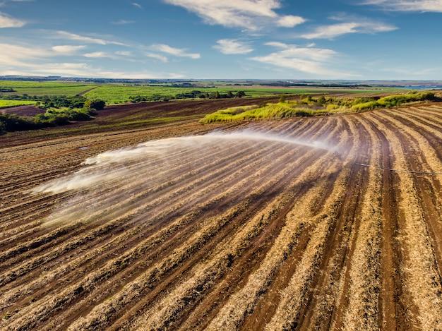 Tratamento do solo em plantações de cana-de-açúcar. substância nutritiva vinhoto, vista aérea