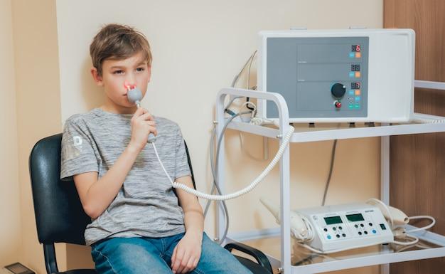 Tratamento e aquecimento do nariz de um menino. pediatria moderna.