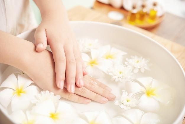Tratamento e produto spa. flores brancas em uma tigela de cerâmica com água para aromaterapia no spa.