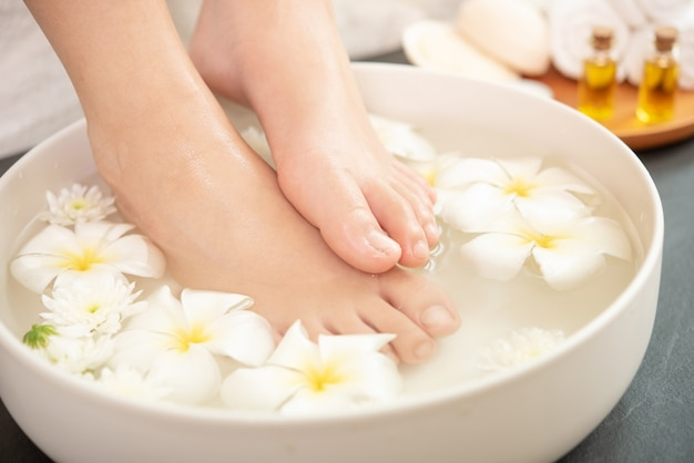 Tratamento e produto spa para pés e mãos femininas.