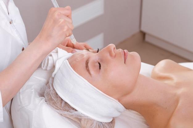 Tratamento facial. cuidados com o rosto de beleza, procedimento gás-líquido para mulheres com mais de 30 anos. conceito de cuidados com a pele.