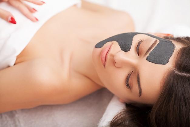 Tratamento facial. mulher, em, salão beleza, recebe, máscara marinha