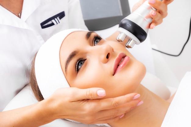 Tratamento facial rejuvenescedor. a garota sobre o procedimento para suavizar rugas.