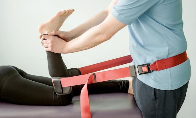 Tratamento fisioterapêutico usando cinto de mobilização de mulligan, mobilização articular e tratamento da dor