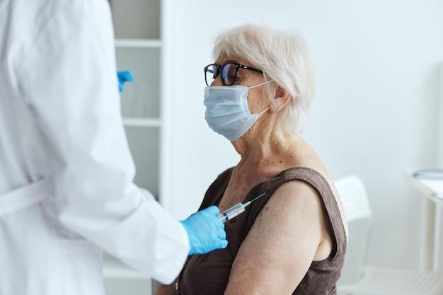 Tratamento hospitalar de passaporte de vacina de mulher idosa. foto de alta qualidade