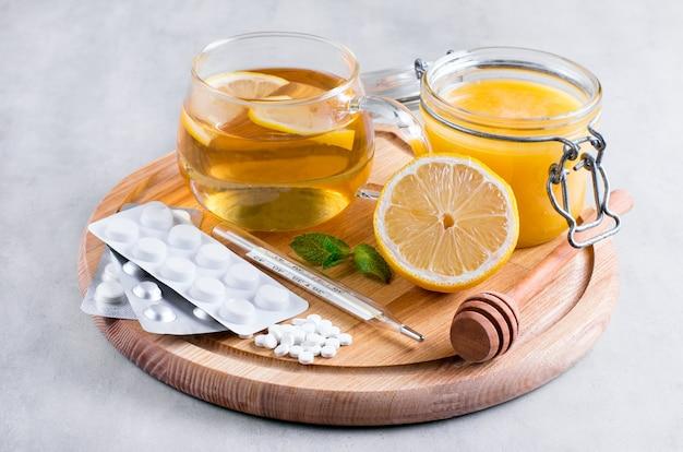Tratamento natural para constipações e gripes, limão, mel, chá, hortelã e comprimidos