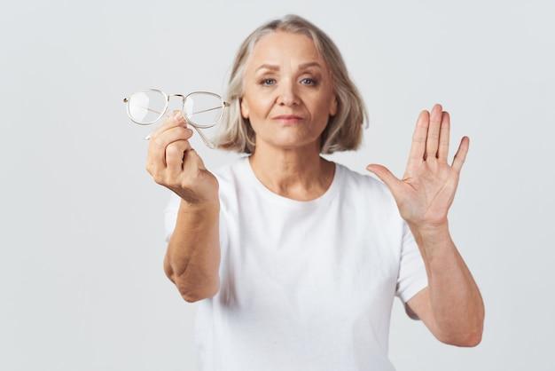 Tratamento oftalmologista de mulher idosa com visão deficiente