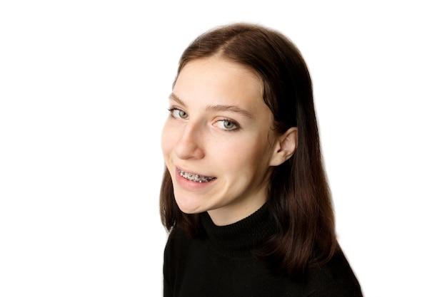 Tratamento ortodôntico. conceito de atendimento odontológico. adolescente sorridente com aparelho. close de aparelhos de metal nos dentes. foto de alta qualidade