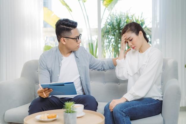 Tratamento psicológico. psicólogo profissional ajudando seu paciente durante uma sessão com ele.