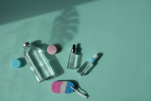 Tratamentos corporais e de spa. produtos de beleza naturais. eco creme, soro, frasco vazio para cuidar da pele. pipeta de vidro. pedra-pomes para pés. vista do topo.