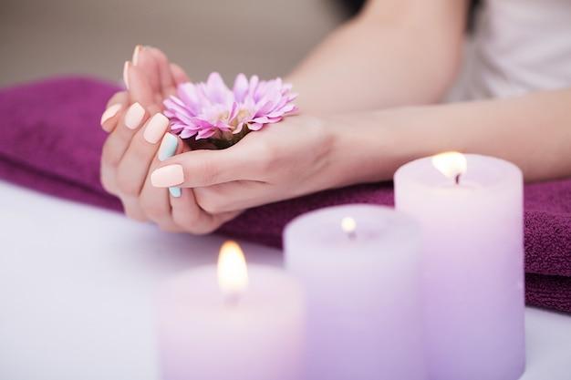 Tratamentos de spa de unhas e mãos.